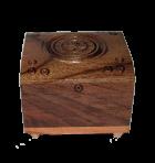 Rzeźbione drewniane pudełko na biżuterię niewiele